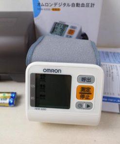 Máy đo huyết áp cổ tay Omron 6