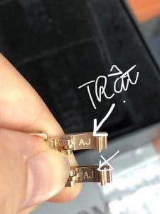 Vòng tay nữ chữ AJ ở móc có nét ngang của chữ T phía trên.